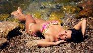 Zgrabna kobieta leży na plaży